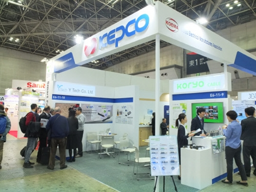 先月28日から3日間、東京ビッグサイトで開かれた「2018世界スマートエネルギーWeek2018」に参加した韓国電力の展示ブースでともに参加した中小企業関係者たちが製品について紹介している。(写真=韓国電力)