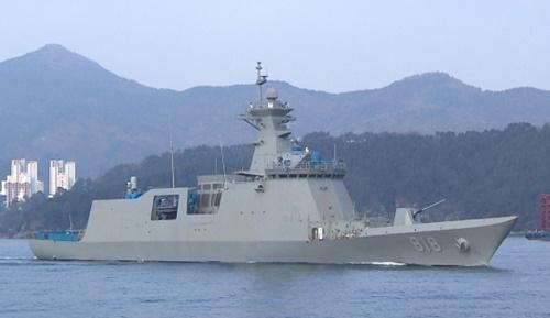 試験航行のため出港する護衛艦「大邱」。