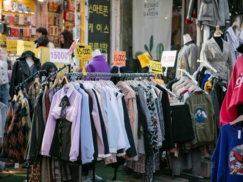 街中のショーウィンドーや露店には、パステルカラーを中心としたファッションが並びはじめました。