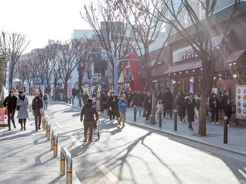最低気温は零度を下回ることもありますが、日中は比較的暖かい日が続きます。街歩きを楽しむには、ぴったりです。