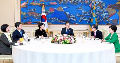 文在寅(ムン・ジェイン)大統領が7日、与野5党代表を青瓦台(チョンワデ、大統領府)に招請し、対北朝鮮特使団の訪朝の成果について説明した。これまで2回の与野党代表会合に欠席した洪準杓(ホン・ジュンピョ)自由韓国党代表がこの日の会合に出席し、文大統領の就任から10カ月目に初めて与野党代表全員がそろった。左から李貞美(イ・ジョンミ)正義党代表、劉承ミン(ユ・スンミン)正しい未来党代表、秋美愛(チュ・ミエ)共に民主党代表、文大統領、洪準杓自由韓国党代表、趙培淑(チョ・べスク)民主平和党代表。(青瓦台写真記者団)