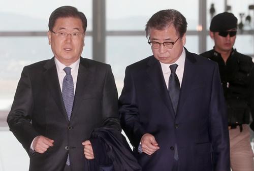 鄭義溶・国家安保室長(左)と徐薫国家情報院長が8日午前、仁川国際空港を通じて米国に向けて出国した。