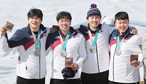 平昌五輪ボブスレー男子4人乗りで銀メダルを獲得したキム・ドンヒョン、ソ・ヨンウ、チョン・ジョンリン、ウォン・ユンジョン(左から)。(中央フォト)