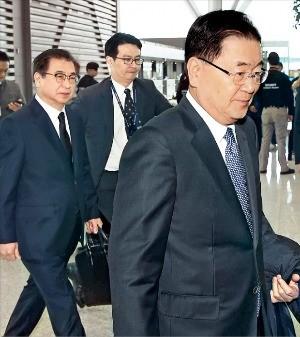 5~6日に対北朝鮮特別使節代表団として平壌に行ってきたチョン・ウイヨン青瓦台国家安保室長(右)と徐薫国家情報院長(一番左)が8日、仁川国際空港を通じて米国に出国している。