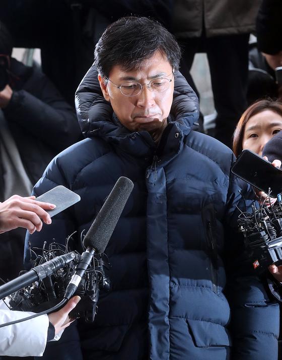 安熙正(アン・ヒジョン)前忠清南道知事が9日、ソウル西部地検に出頭した。安前知事は「国民、道民の皆様にお詫びしたい」とし「家族に申し訳ない」と語った。