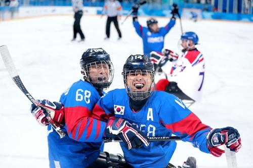 平昌冬季パラリンピックアイスホッケーの韓国-チェコ戦が11日午後、江陵アイスホッケーセンターで行われた。ゴールを決めたチョン・スンファン(右)が主将のハン・ミンスと喜んでいる。