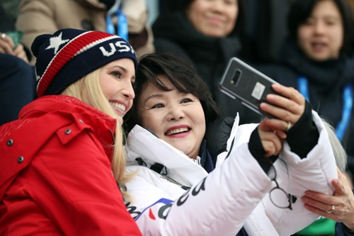 金正淑大統領夫人(右)とイバンカ・トランプ大統領補佐官(左)が2月24日午前、江原道平昌アルペンシア・スキージャンプセンターで開かれた平昌冬季五輪スノーボード男子ビッグエアの決勝を観覧している。(写真=青瓦台)