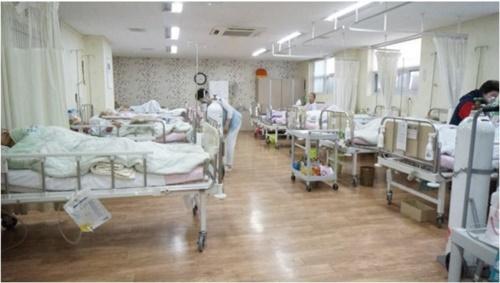 療養型病院の多床室(中央フォト)