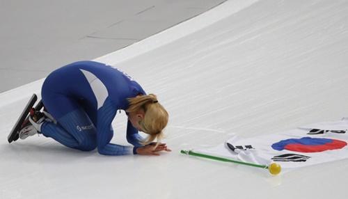 銀メダルを獲得し、お詫びの意味でクンジョル(韓国伝統のお辞儀)をするキム・ボルム選手。