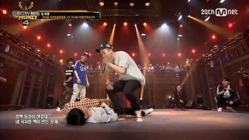韓国のヒップホップショー『Show Me The Money4』でソン・ミンホ(右)とBlack Nutがディスバトルを行っている。ソン・ミンホのラップを無視して竹枕を抱いて寝るふりをするBlack Nut。(写真提供=Mnet)