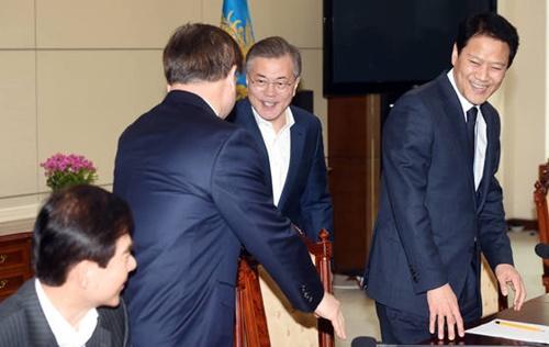 文在寅大統領が21日午前、青瓦台与民館で開かれた南北首脳会談準備委第2回会議に参加し、徐薫国家情報院長と握手をしている。(写真=青瓦台写真記者団)