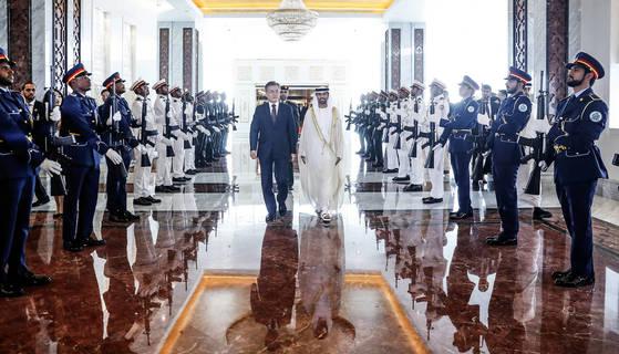 文在寅大統領と金正淑夫人が24日午後にアラブ首長国連邦のアブダビ王室空港に到着した後移動している(写真=青瓦台写真記者団)