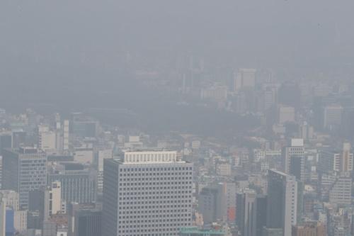 25日午前、ソウル南山から見た都心が粒子状物質で灰色に濁っている。