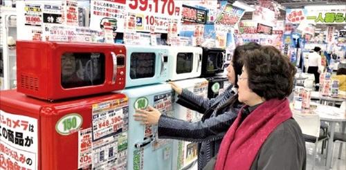 日本最大の家電販売店である東京・秋葉原のヨドバシカメラで現地の消費者が大宇電子ノ「ザ・クラシック」の冷蔵庫と電子レンジを見ている(写真=大宇電子)