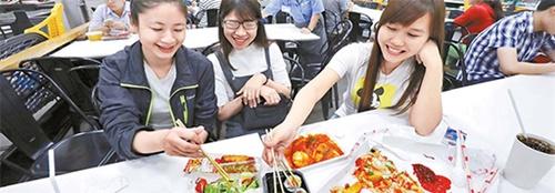 2015年末、ホーチミン市ゴーバップ区にオープンした韓国の大型ショッピングセンター「イーマート」は、その場でキンパプやトッポッキなどを作って売るKフードで現地の人々の心をつかんできた。