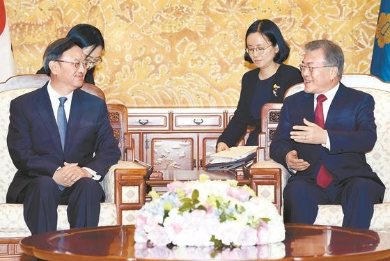 文在寅大統領(右)が30日午後、青瓦台で習近平国家主席の特別代表資格で訪韓した楊潔チ共産党政治局員と対話している。(写真=青瓦台写真記者団)