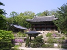 ソウルにある古宮のうち、唯一世界遺産に指定されていることで知られる宮殿「昌徳宮(チャンドックン)」はドラマロケ地の1つ。庭園の美しさが有名な「秘苑(ピウォン)」などで撮影が行なわれました。