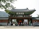 ソウル市内からバスや地下鉄で1時間ほどの京畿道(キョンギド)水原(スウォン)市に位置する「水原華城(スウォンファソン)」の「華城行宮(ファソンヘングン)」もロケ地として有名です