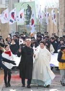 1日、午前西大門刑務所歴史館で開かれた第99周年三一節記念式に参加した文在寅大統領夫妻が記念式後、参席者らと共に太極旗を手に行進している。(写真=青瓦台記者団)