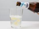 まずはコップの半分に「ポドボンボン」を入れ、1対1の比率になるように「ハイト」を注ぎ足します。