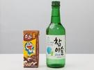 日本でもお馴染みの「ドラえもん」がパッケージになっているチョコレートドリンク「チョコエモン(1,100ウォン)」と韓国焼酎「ソジュ(写真はチャミスル フレッシュ、1,250ウォン)」の組み合わせ、通称「チョコエモンジュ」も人気。