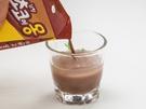 比率は「チョコエモン」6、「ソジュ」4ぐらいを目安に調節して注ぐと、チョコレートの甘さが焼酎のアルコール臭を上手く隠し、女子受けが良さそうな飲みやすい味わいになります。
