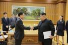 訪朝中の鄭義溶(チョン・ウィヨン)首席対北朝鮮特使が5日、平壌(ピョンヤン)で金正恩(キム・ジョンウン)労働党委員長に会った。金委員長が文在寅(ムン・ジェイン)大統領の親書を持っている。右側は金与正(キム・ヨジョン)労働党中央委第1副部長。(写真=青瓦台)