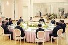 訪朝中の鄭義溶(チョン・ウィヨン)首席対北朝鮮特使(右)、徐薫(ソ・フン)国家情報院長(左)など特使団が5日、平壌で開かれた夕食会で金正恩(キム・ジョンウン)労働党委員長および李雪主夫人と歓談している。(写真=青瓦台)