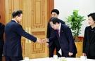 洪準杓自由韓国党代表が7日、文在寅大統領にあいさつしている。洪代表は昨年日本の安倍首相との会合当時に頭を下げたという議論に対し、「大統領に会ってもその程度の目礼をする用意がある」と明らかにしており、この日頭を下げてあいさつした。(写真=青瓦台写真記者団)