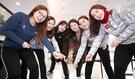 女子カーリング国家代表選手たちが先月27日、大邱のあるカフェでブルームで氷板をスウィーピングするポーズを取っている。左からキム・ソニョン、キム・ウンジョン、キム・チョヒ、キム・ミンジョン監督、キム・ヨンミ、キム・ギョンエ。