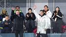 文在寅(ムン・ジェイン)大統領とアンドリュー・パーソンズ国際パラリンピック委員会(IPC)委員長が9日、2018平昌冬季パラリンピックの開会式で手をあげてあいさつしている。