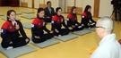 12日、慶尚北道義城の孤雲寺で僧侶と共に瞑想中の韓国カーリング女子代表の(左から)金栄美、金恩貞、金敬愛、金善英、キム・チョヒ。