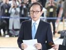 贈収賄・横領などの容疑がもたれている李明博元大統領が14日午前、ソウル瑞草区ソウル中央地検に被疑者身分で出頭し、国民に対してメッセージを発表している。