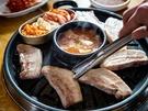 韓国旅行中に1度は食べたい定番料理「サムギョプサル」。厚さ3cmのサムギョプサルを食べ放題で楽しめるのが「オントリセンコギ 明洞(ミョンドン)店」です。熱々の味噌チゲもおかわり自由!(サムギョプサル+味噌チゲ食べ放題、14,800ウォン)