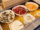 サラダやフルーツもあるのでヘルシー。女性にも嬉しいビュッフェ内容です。(90分制、ランチ13,900ウォン、ディナー14,900ウォン)