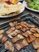 弘大に位置する「Meat-ing」の焼肉ビュッフェもリーズナブル(90分制、ランチタイム12,500ウォン、ディナータイム13,900ウォン)。サムギョプサルはもちろん、カルビや鶏肉もあります。天ぷらやおにぎりなどのおかずメニューも種類豊富です。