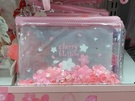 クリアケースのポーチは桜の形のスパンコールがのぞく可愛らしいデザイン。サイズは大小(写真は小、1,000ウォン)があり、ピンクと紫の2色展開です。