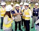 白雲揆(ペク・ウンギュ)産業通商資源部長官(右から2人目)と一行がアラブ首長国連邦バラカ原子力発電所施設を点検している。