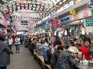 ソウルに残る昔ながらの市場の中でも、「うまいもん通り」が観光客に評判の広蔵市場(クァンジャンシジャン)。屋台グルメを目当てに大勢の人が訪れます。
