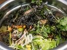 人気メニューの1つはビビンバ。麦ご飯に食べ応えのある野菜を和えた、お手ごろ価格(5,000ウォン程度)が魅力です。
