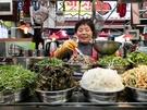 カウンターにずらりと並んだ野菜は壮観。生野菜やナムルなど、お店のおばさんがたっぷりとよそってくれます。