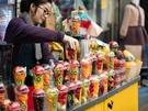 見た目がカラフルで春らしい、フレッシュジュースも人気。カップに入ったフルーツを選べば、目の前でジュースにしてくれるので新鮮です。