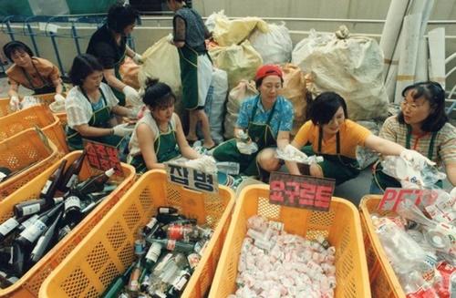 仁川市富平区清川洞(インチョンシ・プピョング・チョンチョンドン)のあるマンションの婦女会メンバーがゴミの分別をしている。(写真=中央フォト)