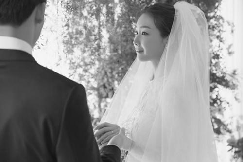 3月29日に結婚した女優チェ・ジウさん(右)と夫(左)。