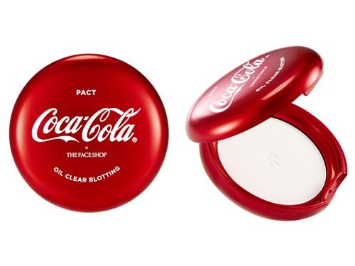 メイクの仕上げに使用すると、サラサラで透明感のあるお肌に。「コカ・コーラ オイル クリア パクト(10,000ウォン)」はメイク直しにも重宝しそう!