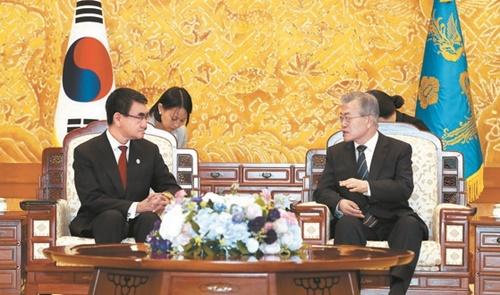 文在寅大統領が11日、青瓦台で河野太郎外相と会談した。日本外相の韓国訪問は岸田文雄外相以来2年4カ月ぶり。