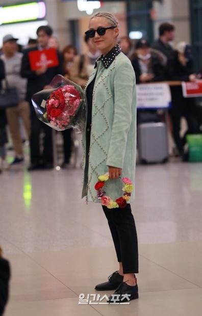 11日午後、映画『アベンジャーズ/インフィニティ・ウォー』のプロモーションのため、仁川国際空港第1ターミナルを通じて来韓した女優ポム・クレメンティエフ。