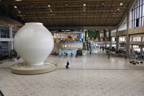 昨年450億ウォンを投じてリモデリング工事を終えた金浦空港国際線ターミナル。工事でターミナルの面積は大きくなったが利用客はむしろ減り少しひっそりしている。