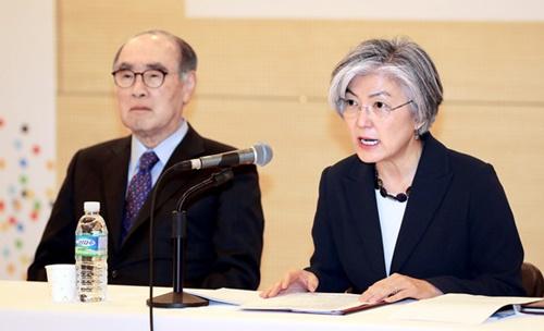 康京和外交部長官が25日午前、ソウル中区のワールドカルチャーオープンで開催された「第3回韓半島戦略対話」で、「2大首脳会談に対する期待と展望」というテーマで基調演説をしている。左は李洪九(イ・ホング)元首相。