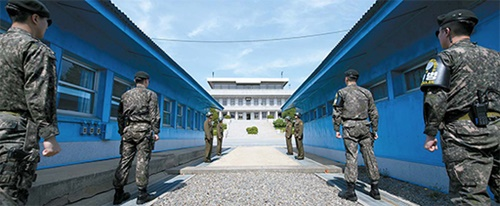 板門店の共同警備区域(JSA)軍事境界線を間に挟んで、26日、南側(前面)と北側の軍人が警戒勤務を行っている。韓国の文在寅大統領と北朝鮮の金正恩国務委員長は今日(27日)午前9時30分、この軍事境界線で初めての握手をする。
